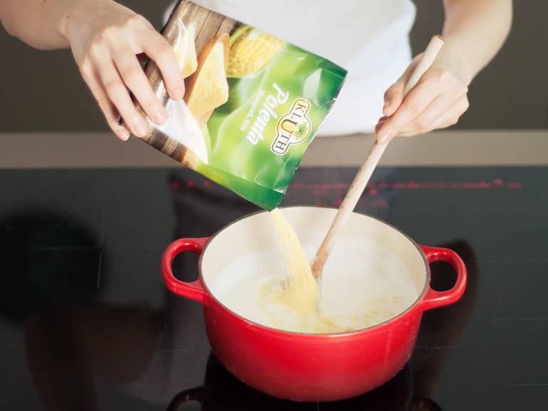 Wasser und Milch in einem kleinen Topf zum Kochen bringen, Salz hinzufügen. Die Polenta unter gleichmäßigem Rühren mit dem Schneebesen einstreuen. Die Hitze herunterstellen. Weiterrühren bis die Polenta nach ca. 3 - 5 min. eindickt. Vom Herd nehmen und Butter, Käse, und Salz und schwarzen Pfeffer nach Geschmack einrühren. Die Garnelen-Tomaten-Mischung auf einem Bett von Polenta anrichten. Mit frischer Petersilie garnieren.