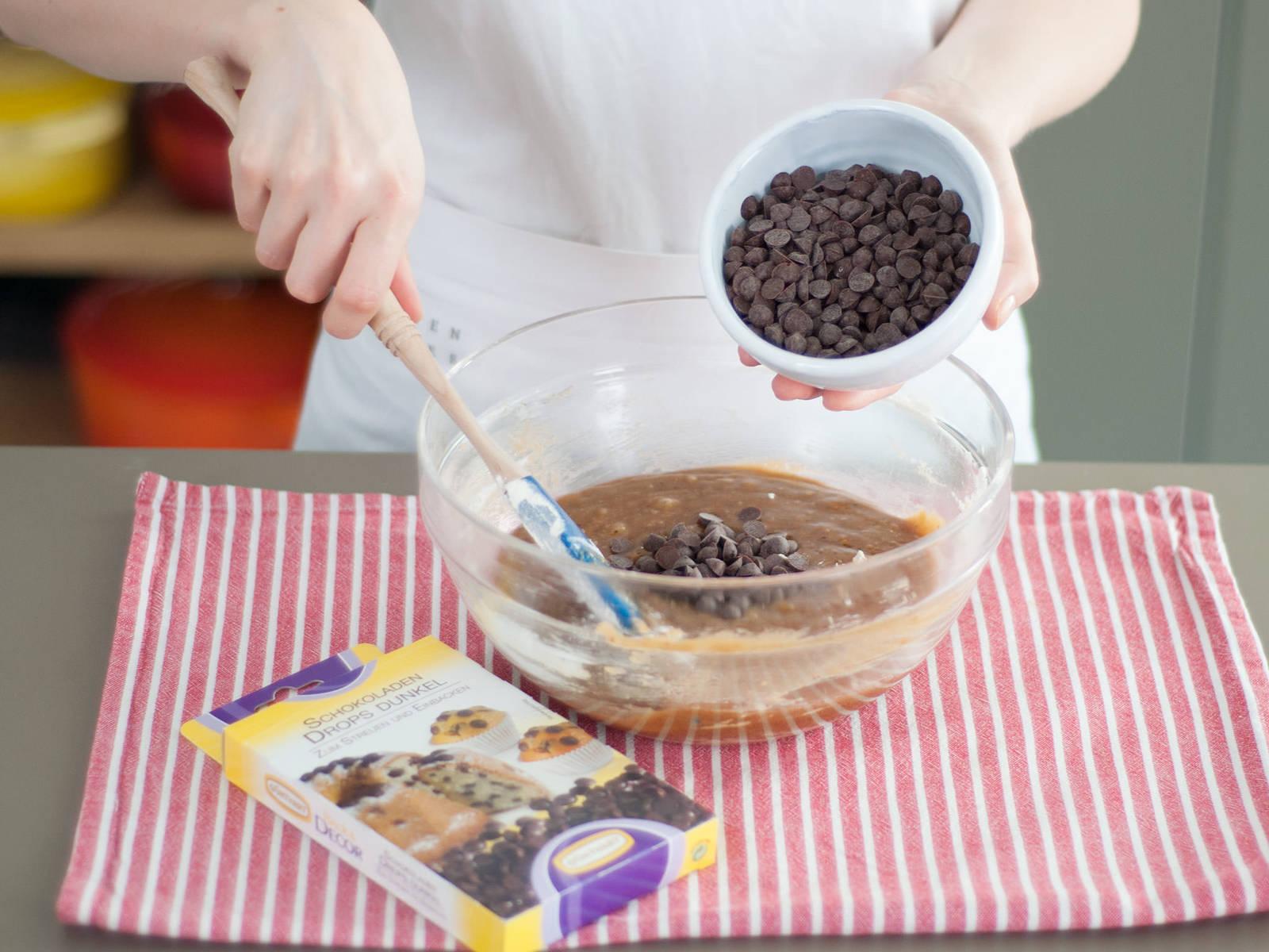 Schokolade hacken und zum Teig geben; alternativ Schokoladendrops verwenden. Gut vermengen.