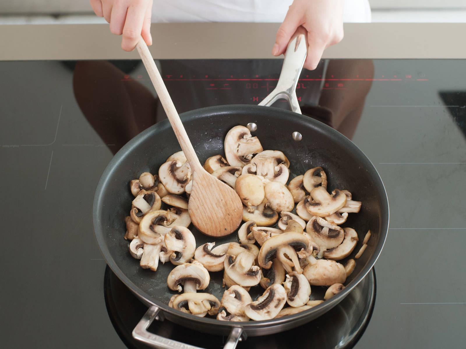 同时,洗净蘑菇并切片,在黄油中煎炒,直至蘑菇变软,呈金棕色。牛肉炖好前一小时加入炖锅。