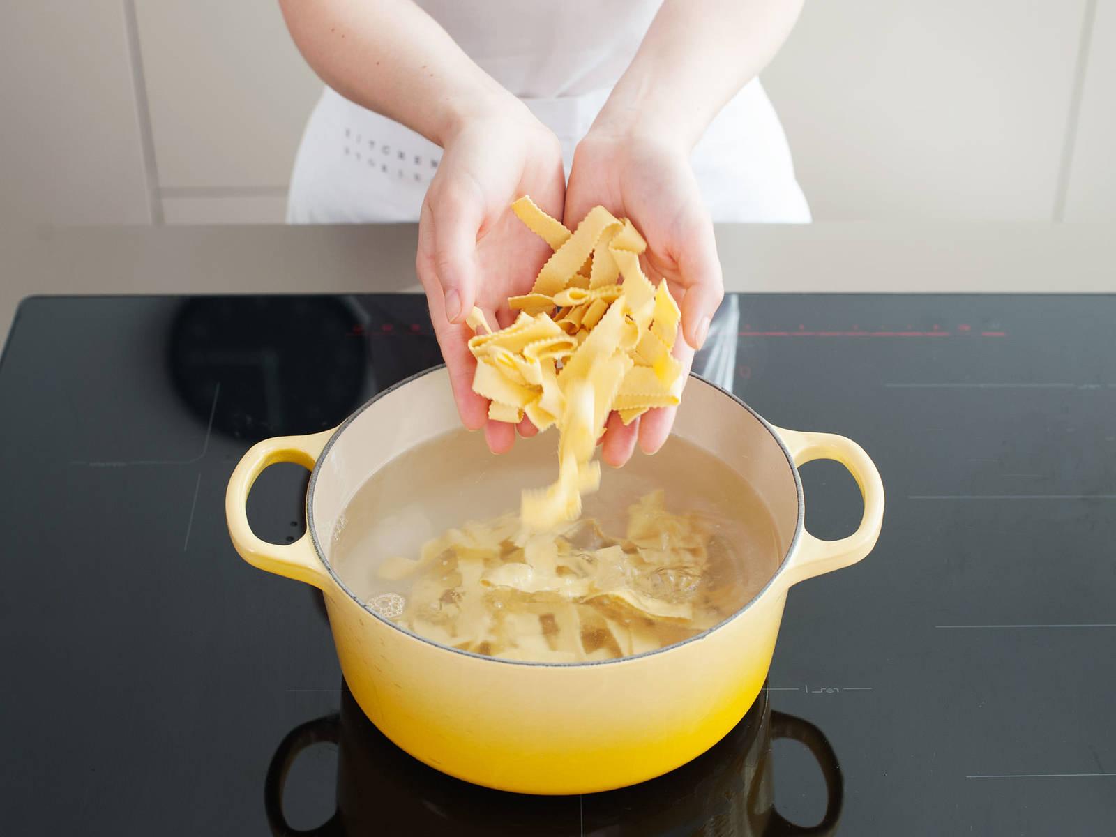 牛肉快炖好时,按照包装上的指示用盐水煮意面。如果牛肉汤汁过稀,打开炖锅盖并调至高火,用筛子加一些面粉勾芡,一次加一汤匙,拌匀使汤汁变厚。将炖牛肉铺在意面上享用!