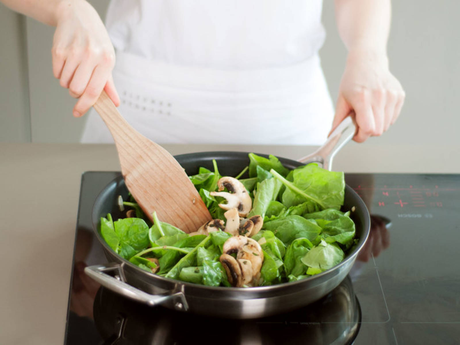 Add oil to frying pan and sauté onion and garlic over medium heat until fragrant and softened. Add mushrooms and thyme and cook for a few minutes, until mushrooms start to brown; if needed, add a bit more oil. Add spinach and cook until wilted, stirring often. Season with salt and pepper. Set aside.