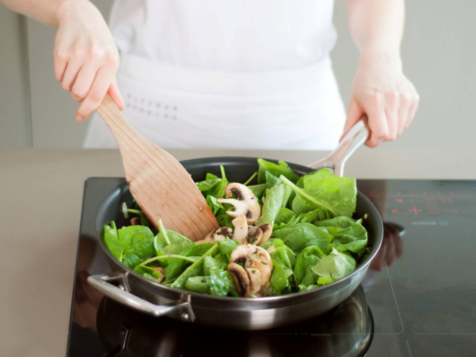 往煎锅中倒入橄榄油,中火炒香洋葱和蒜头,直至葱蒜皆变软。加入蘑菇和百里香,继续翻炒几分钟,至蘑菇开始变棕色。如有需要,可多倒些油。加入菠菜,炒至菠菜萎软,需不时翻搅。加盐与胡椒调味。关火,置于一旁备用。