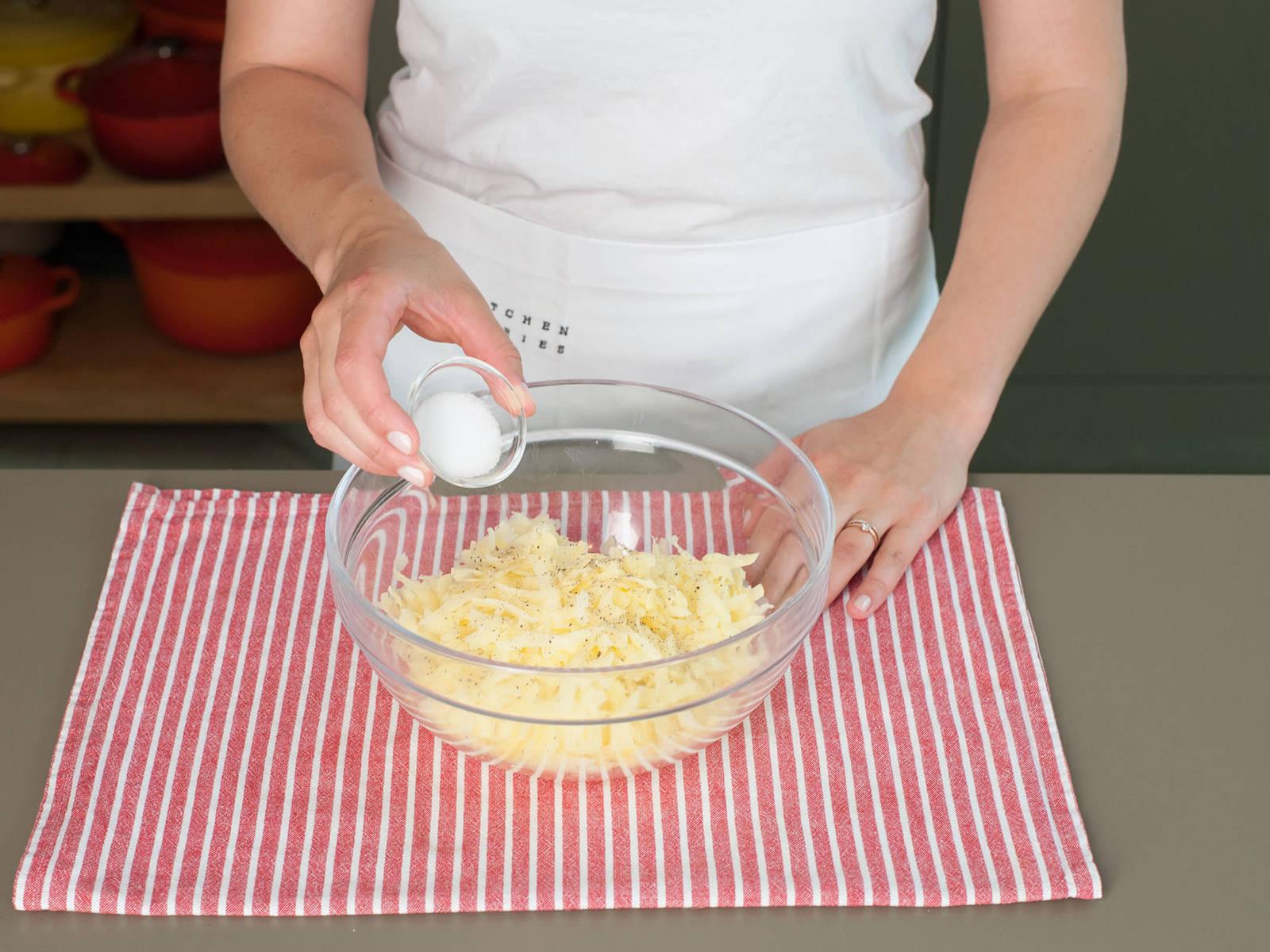 Kartoffelraspeln zurück in die Schüssel geben und mit einer Prise Salz und Pfeffer würzen.