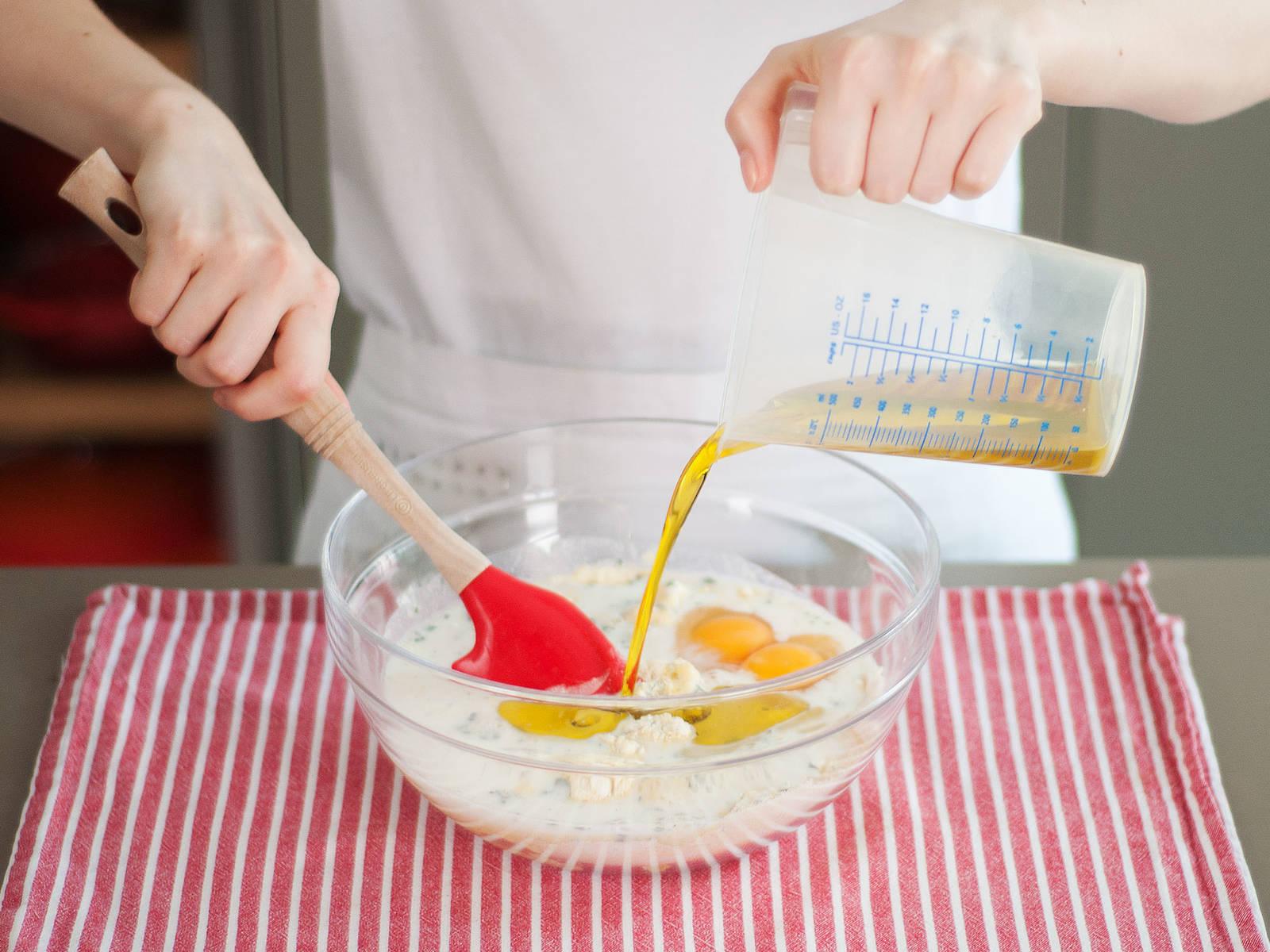 将牛奶、枫糖浆、搅打好的鸡蛋和油搅拌到一起,然后倒入面粉混合物中,搅匀。
