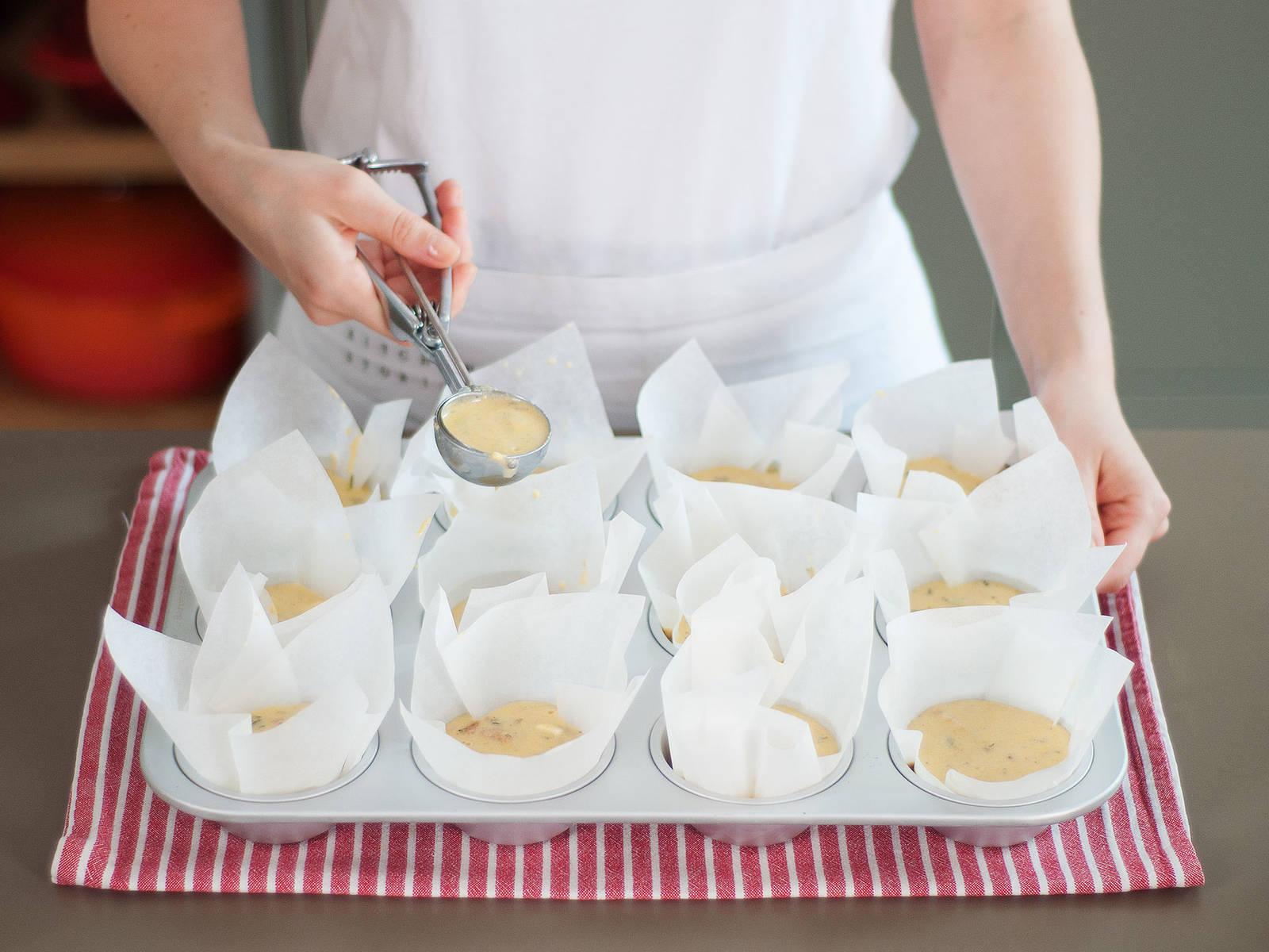 将面糊倒满玛芬杯的一半,以200℃烤15-20分钟,或直至玛芬烤成金棕色并凝固。先在烤盘中放一会儿,然后再转移到冷却架上。稍微放凉后享用。