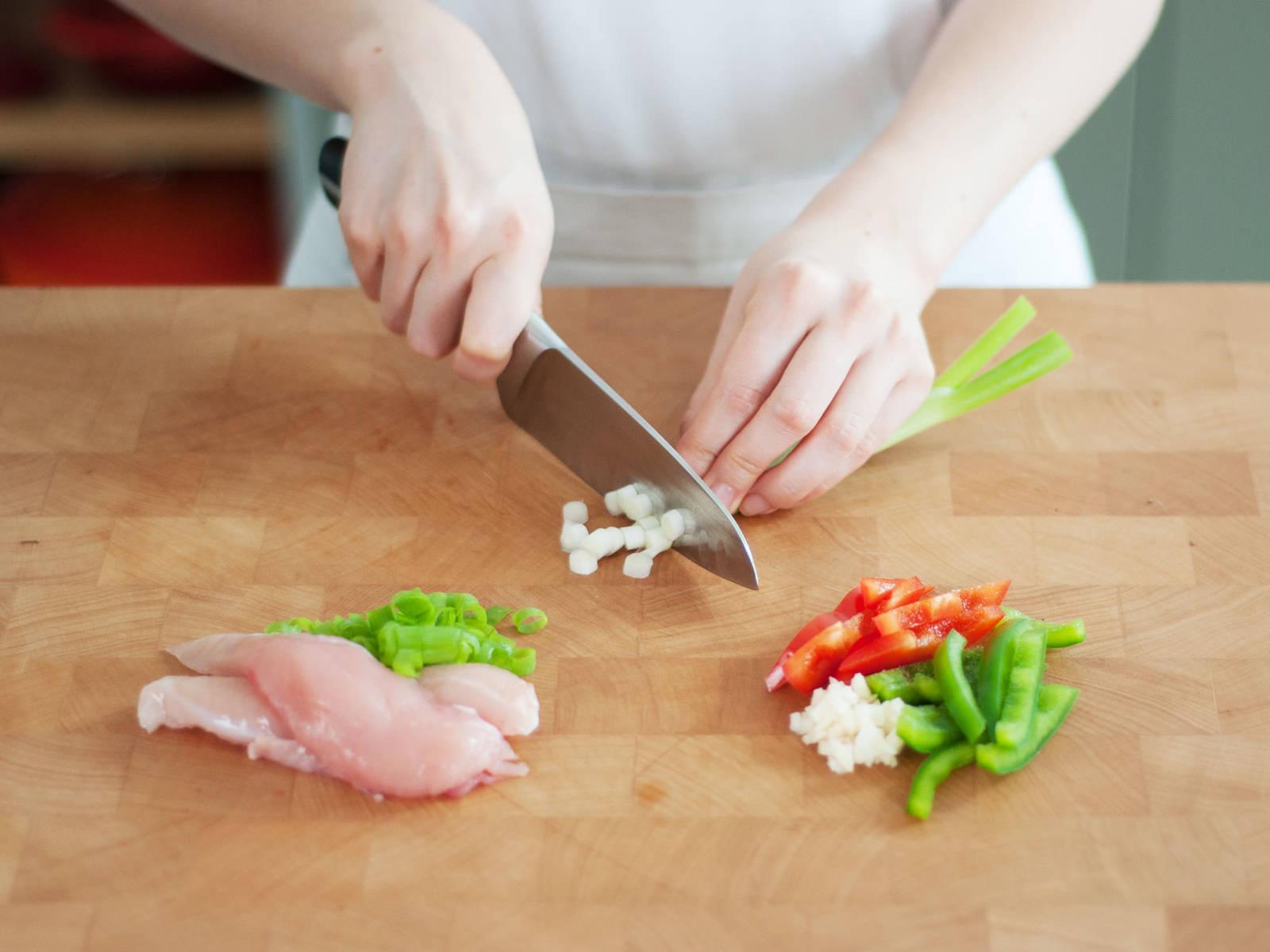 将鸡胸肉切成较大的块状。蒜和香菜剁碎,灯笼椒切条,香葱剁碎。