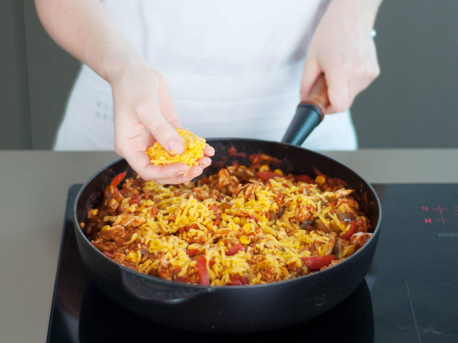 将鸡肉撕碎,与米饭混合。铺上一层芝士,将煎锅放入烤箱,焗烤5-10分钟,直至芝士开始融化。饰以香菜享用!