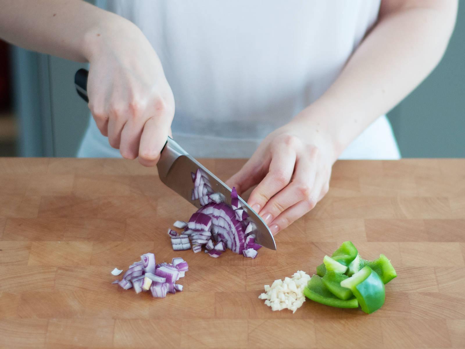 Knoblauch fein hacken, Paprika und Zwiebel hacken und in Schongarer geben.
