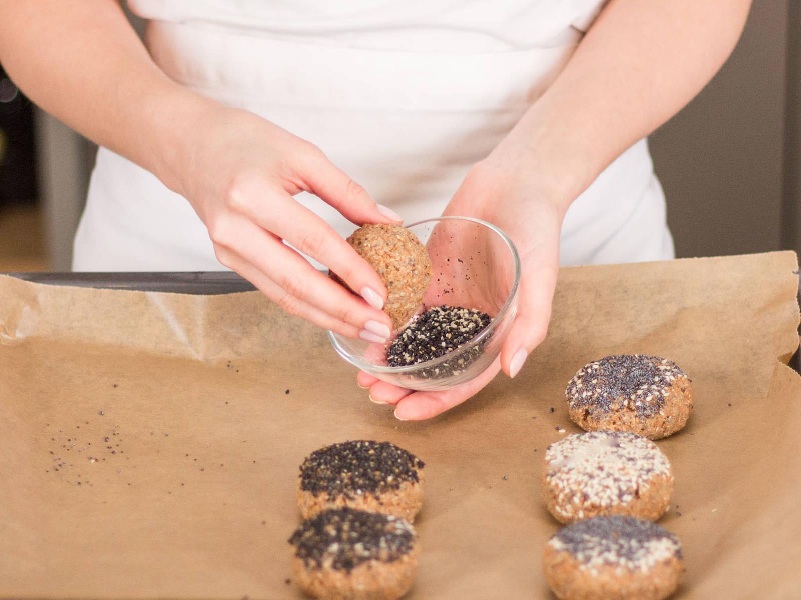 将面团捏成小球,放到铺好烘焙纸的烤盘上。蘸上黑芝麻、白芝麻或罂粟籽。以180度烘烤20-30分钟。尽情享用吧!