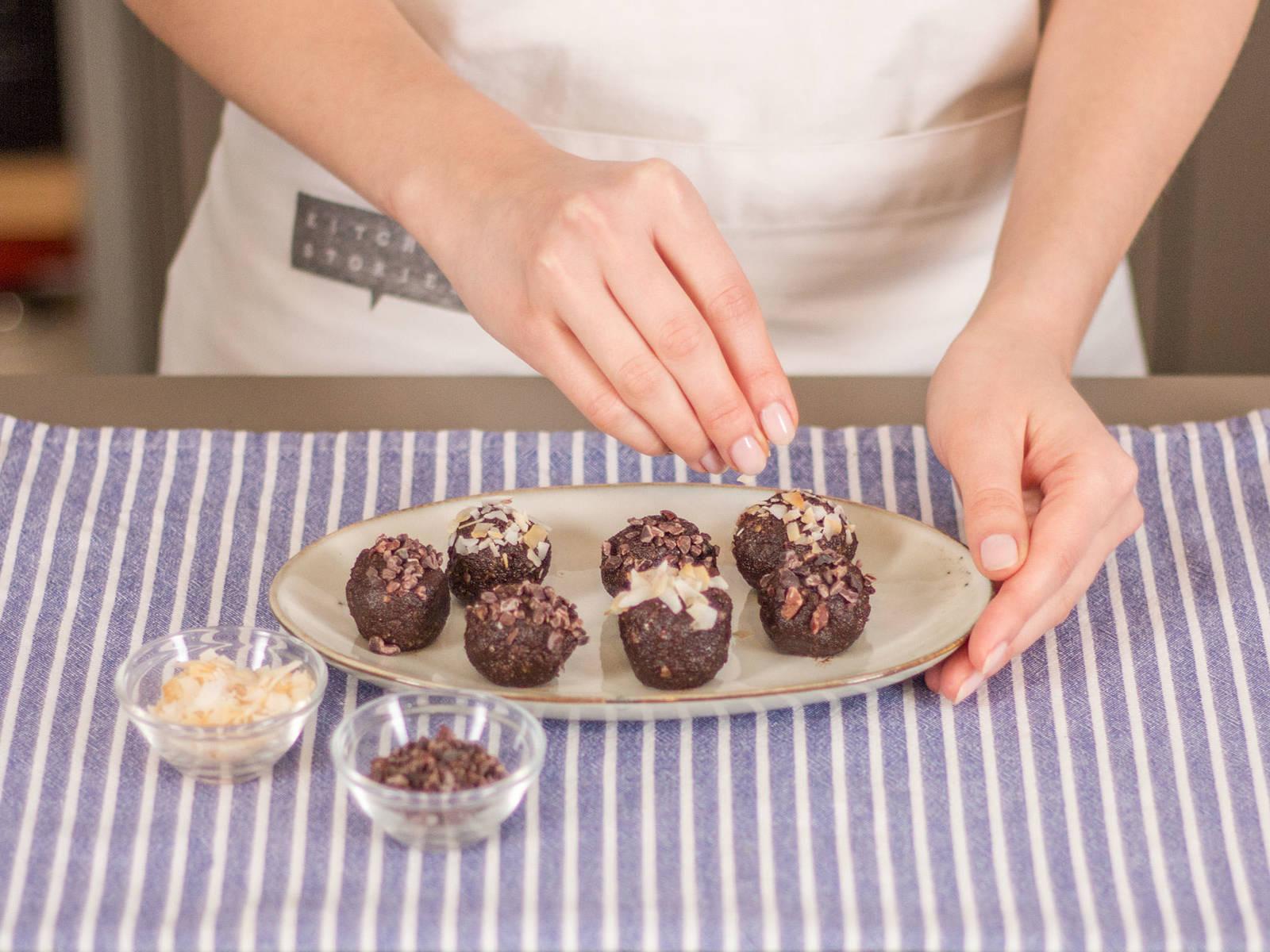 取一小部分面团(约1.5汤匙),揉成多个小球。撒上剩余的椰子片和可可粉末。尽情享用吧!