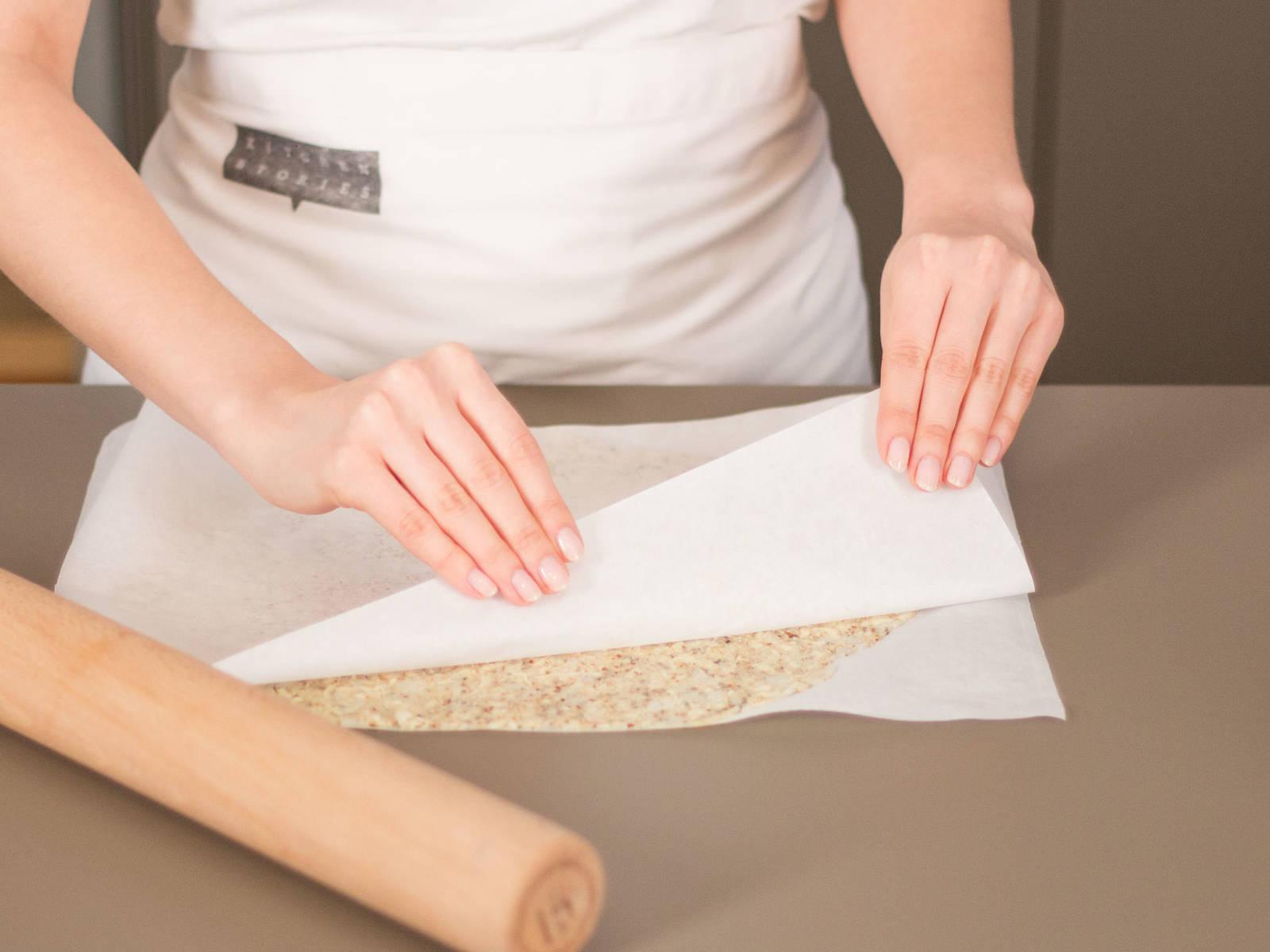 Teig zwischen zwei Bögen Backpapier geben und mit einem Nudelholz ausrollen. Oberen Bogen entfernen, Teig auf ein Backblech geben und im vorgeheizten Backofen bei 180°C ca. 15 – 20 Min. backen.