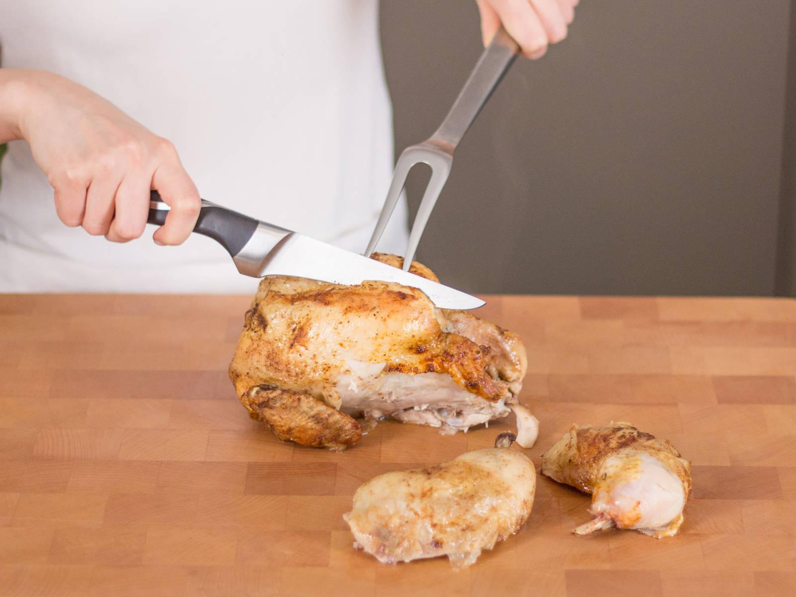 Hühnchen aus dem Backofen nehmen und ca. 5 – 10 Min. abkühlen lassen. Anschließend Huhn nach Wunsch portionieren.