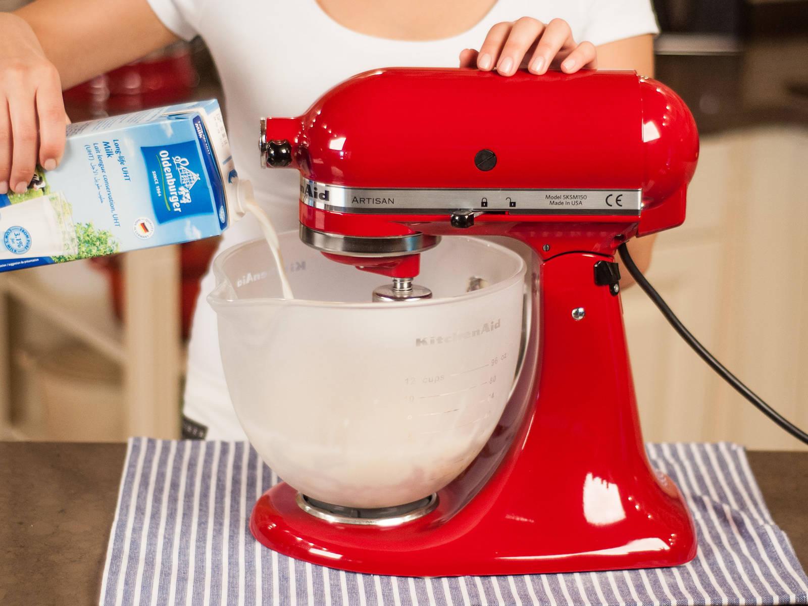 用立式搅拌机或手持搅拌机将牛奶、香草浓浆、蛋、融化的黄油、一些糖和一撮盐搅打均匀。