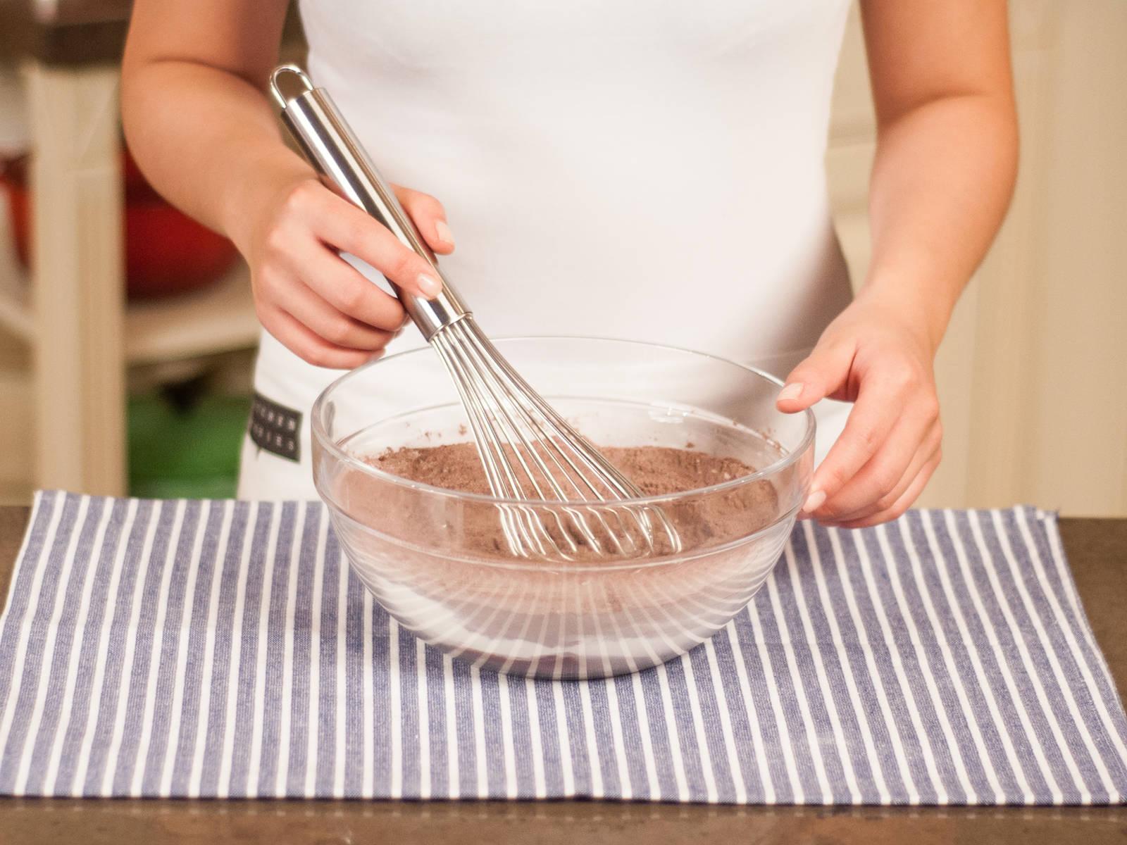 将可可粉、通用面粉、糖、泡打粉和香草精华放入大碗中,拌匀。