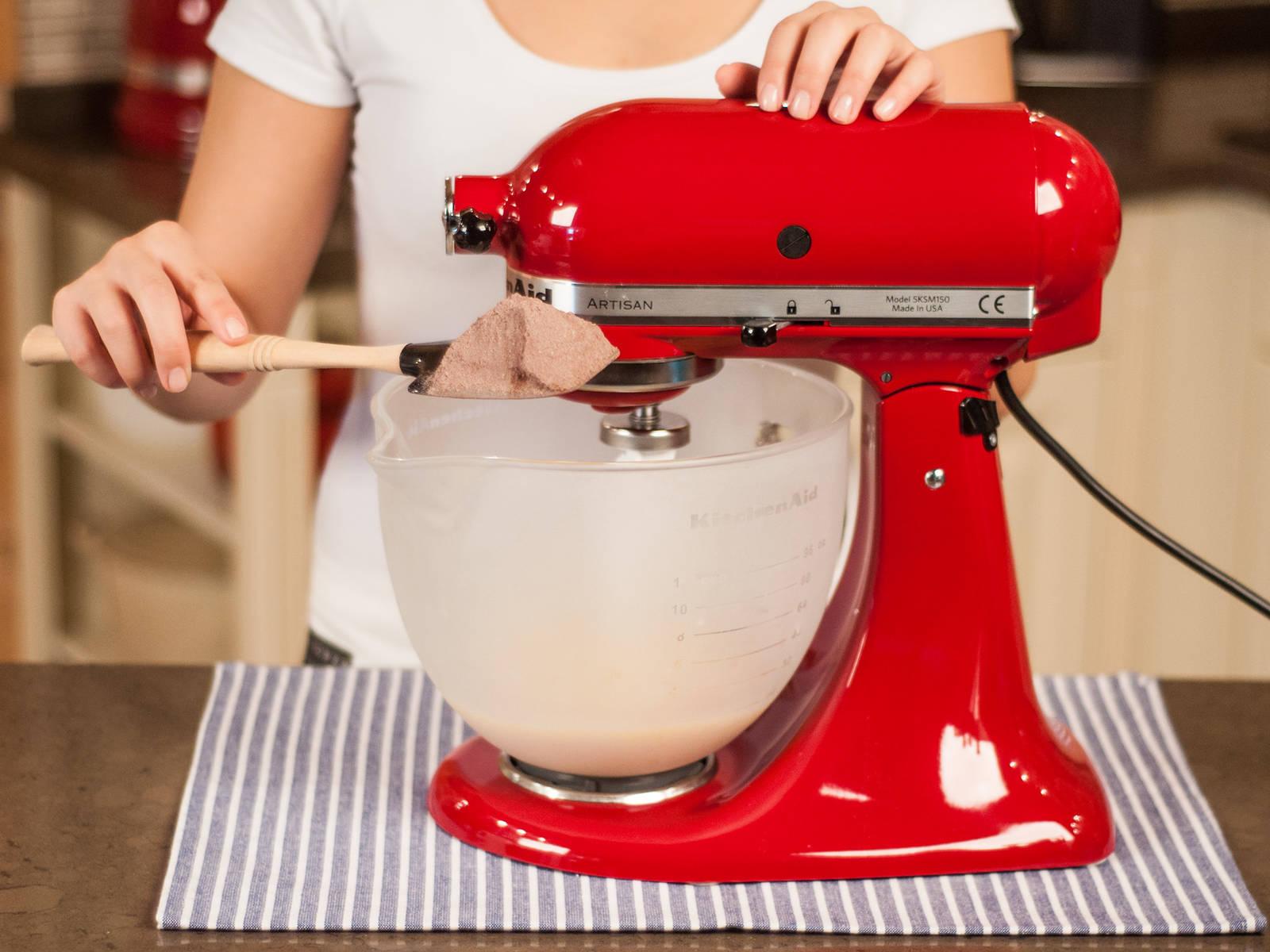 将蛋液打发至稍起泡;加入融化的黄油糊,然后慢慢加入面粉混合物,继续搅打至顺滑。