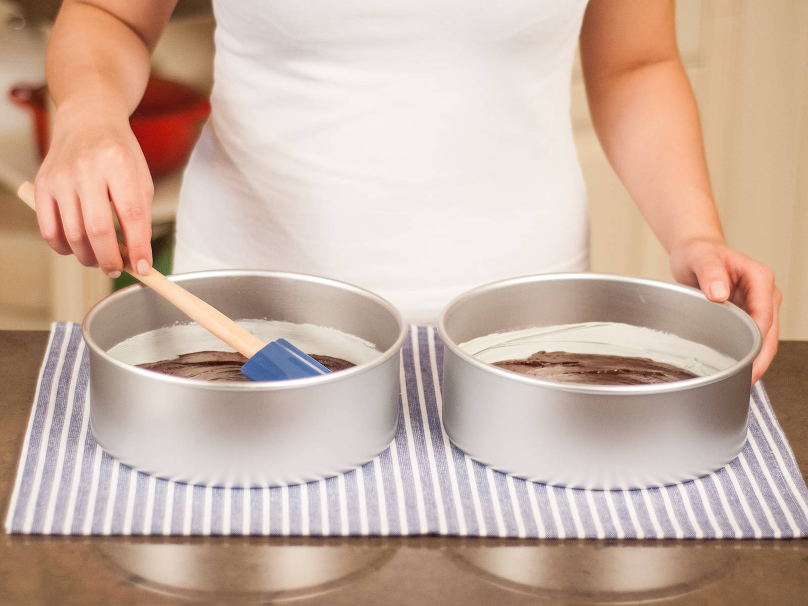 将面糊倒入2个脱底烤模中。放入预热好的烤箱,以180摄氏度烤25分钟左右。