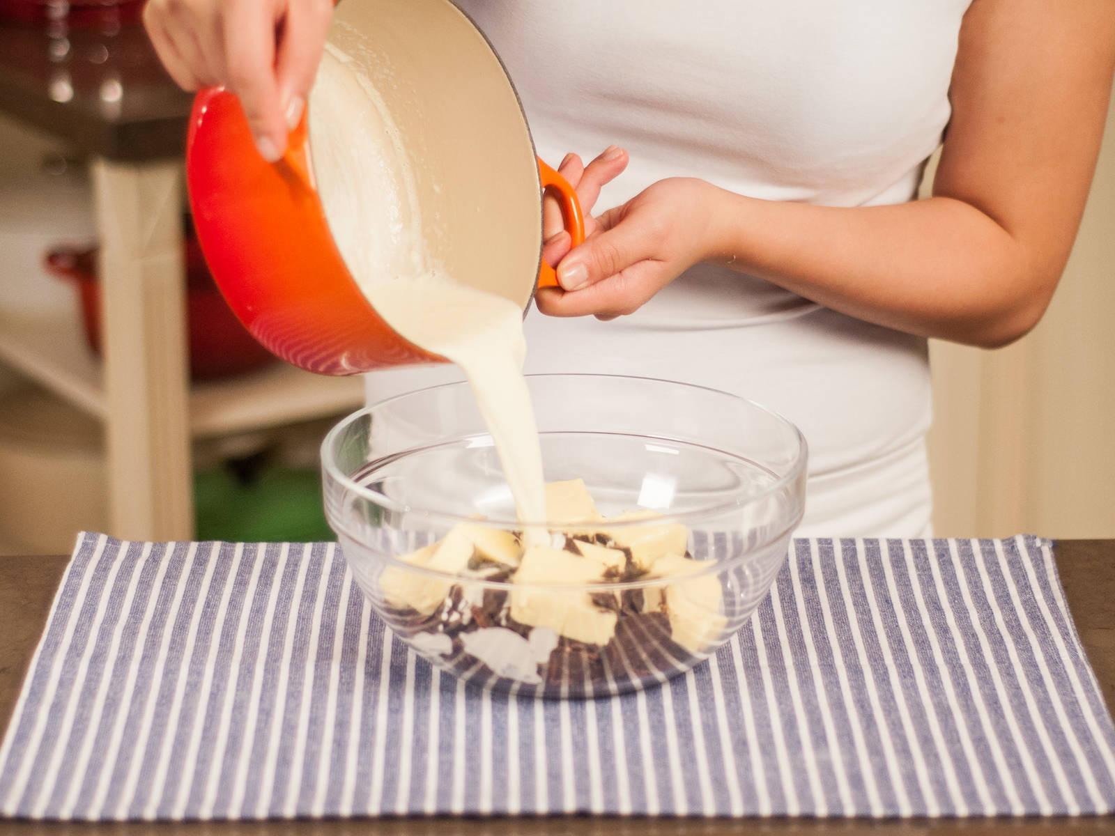 这期间,将巧克力粗略剁碎。将稀奶油倒入锅中加热。将热稀奶油、巧克力和剩余的黄油放入大碗中拌匀,静置冷却8-10分钟左右。