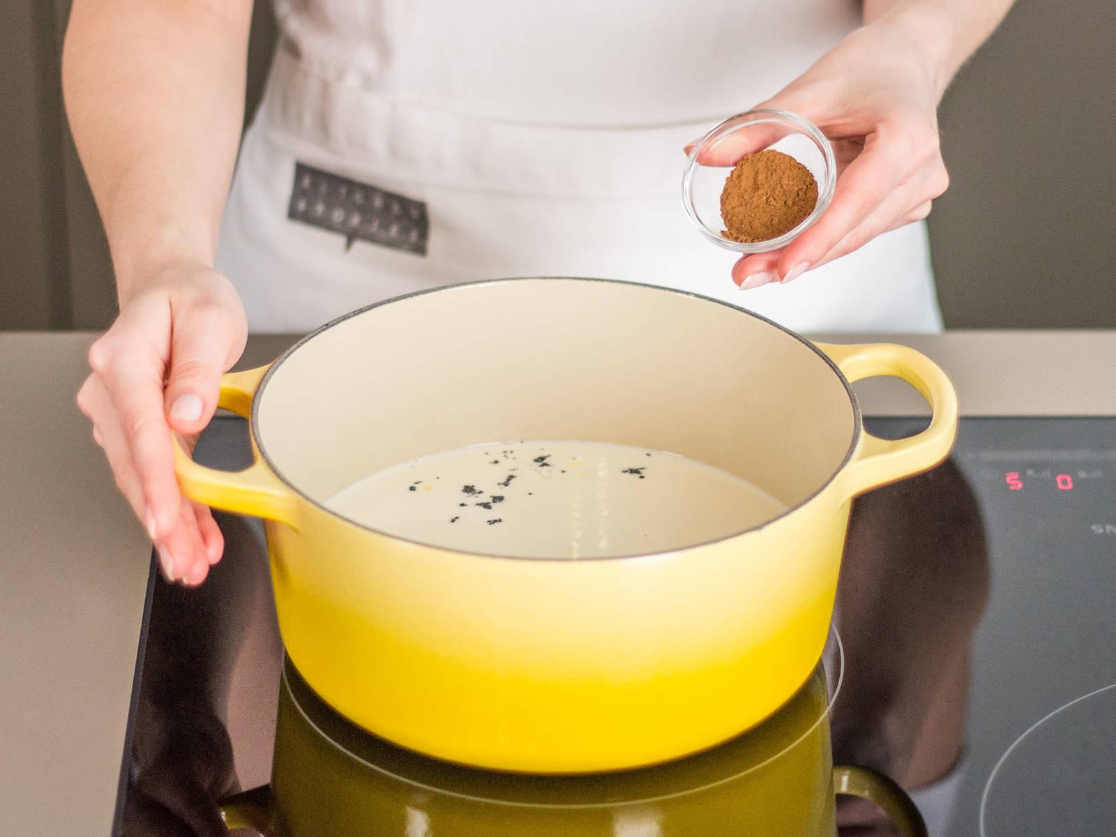 将香草籽、肉桂粉和杏仁奶在大平底锅里混匀,煮沸。放置在一边备用。