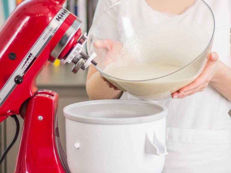 Mischung in Eismaschinenvorrichtung geben und verrühren, bis das Eis andickt und gefriert.