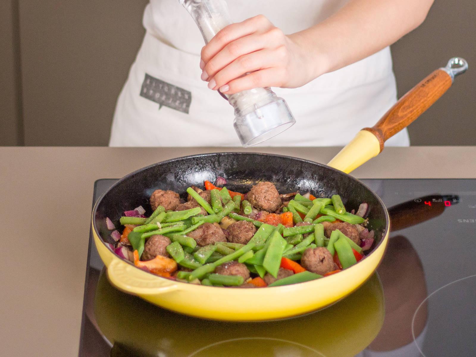 向锅中加入灯笼椒、蘑菇、洋葱、豆角、荷兰豆、欧芹与香菜,继续烹制3-5分钟,加盐与胡椒粉调味。