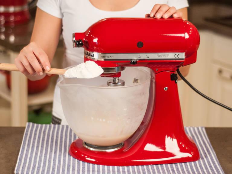 使用立式搅拌机或手持搅拌机,将酵母水和部分面粉拌匀。