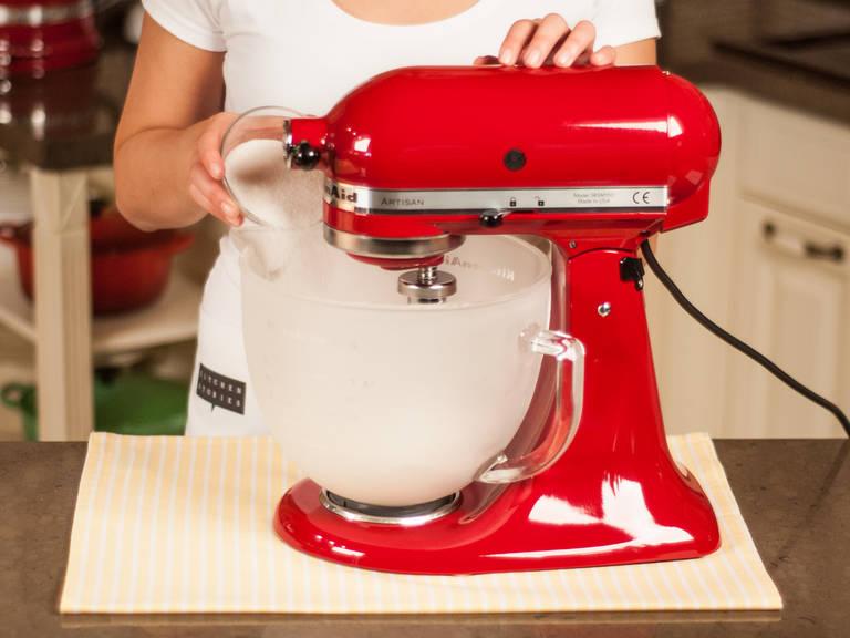 用立式搅拌机或手搅拌机将蛋白打发至硬性发泡。开始出现泡沫时,慢慢加入糖。碗和打蛋器上应无油,才能打发到所需稠度。