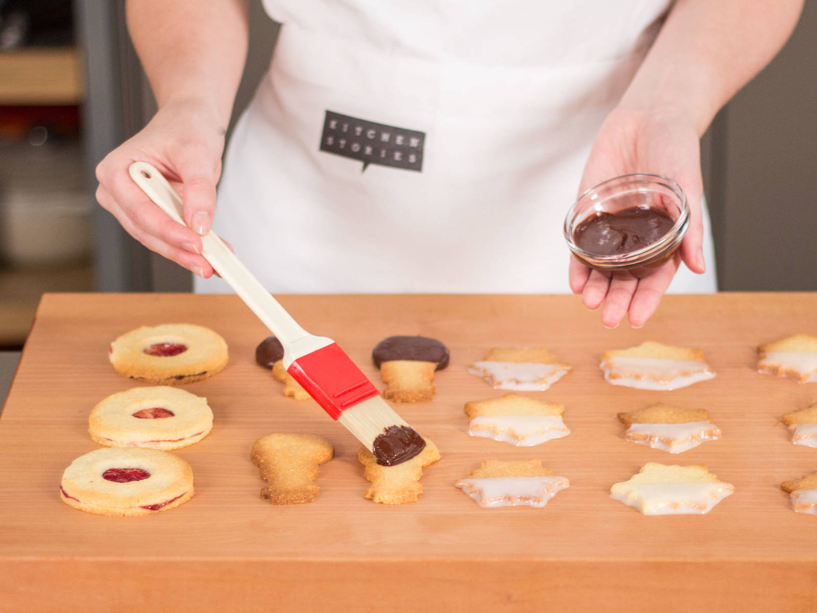 Remove cookies from oven. Set aside for approx. 5 min. until they are cool to the touch. Brush the Christmas-themed cookies either with chocolate or lemon glaze. Sprinkle some confectioner's sugar over jam cookies before serving. Enjoy!