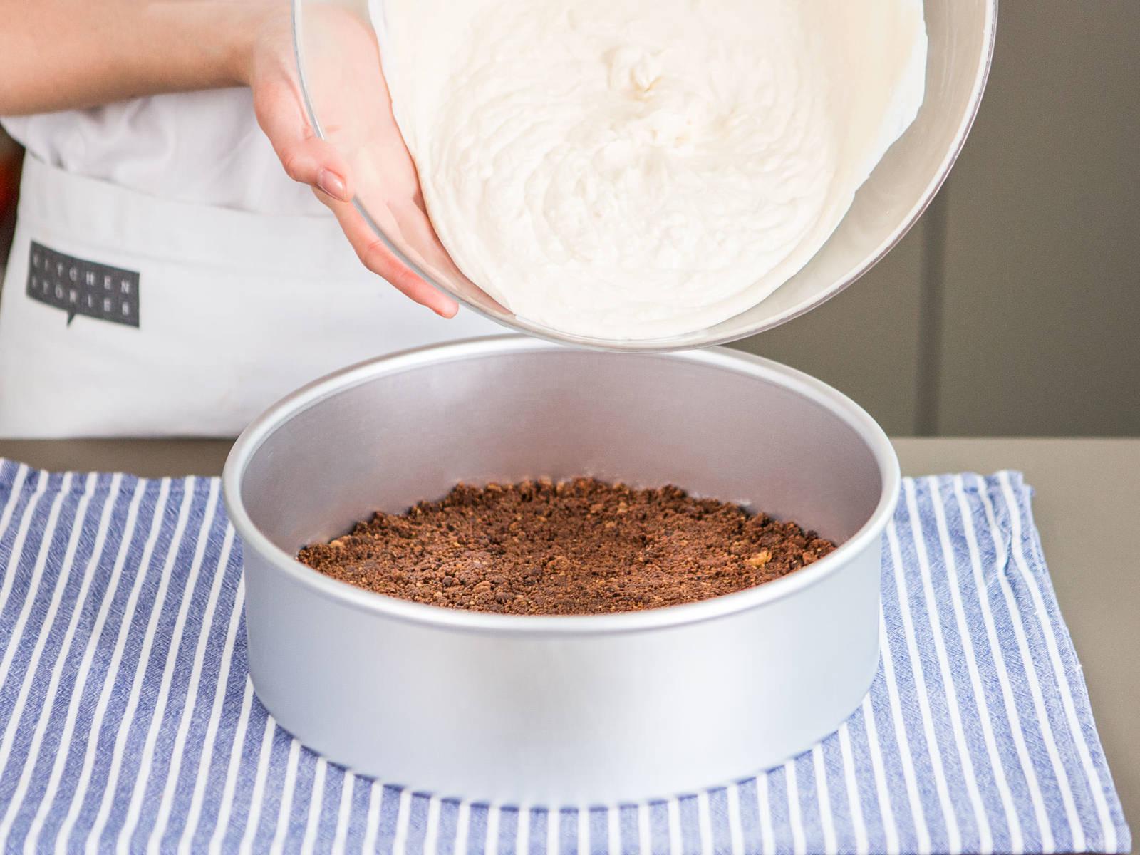 Cookiebrösel in eine runde Backform geben und sorgfältig und fest andrücken, um den Kuchenboden zu formen. Joghurt-Frischkäse-Masse hinzugeben. Die Form vorsichtig auf die Arbeitsfläche klopfen um Luftbläschen freizugeben. Ca. 3 Stunden im Kühlschrank ruhen lassen.