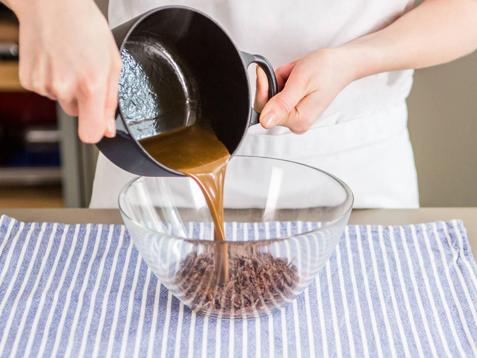 Schokolade fein hacken und in eine große Schüssel geben. Espressopulver, Sahne und Maissirup bei mittlerer Hitze zum Köcheln bringen und anschließend über die gehackte Schokolade geben. Ca. 15 – 30 Sekunden warten und dann gut unterrühren.