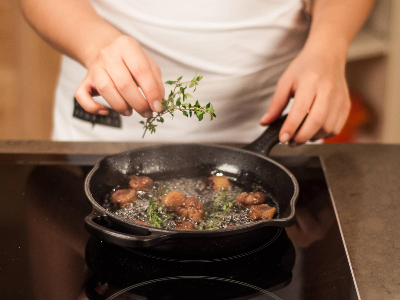 Majoran hinzugeben und ca. 1 – 2 Min. kochen. Vom Herd nehmen, Esskastanien abgießen und beiseitestellen. Majoran entnehmen.
