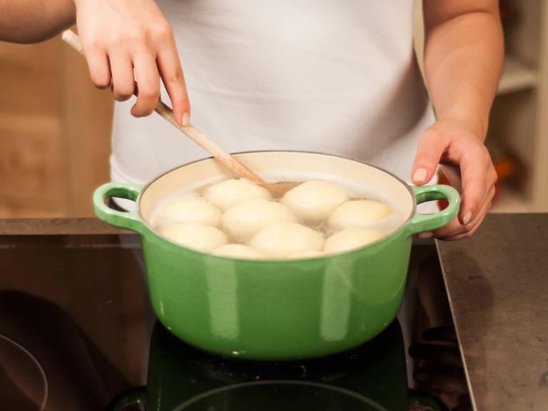 Reichlich Salzwasser in einem großen Topf aufkochen. Die Klöße vorsichtig in das Wasser gleiten lassen und die Hitze reduzieren. Für ca. 20 – 30 Min. im Wasser ziehen lassen, bis die Klöße an der Oberfläche schwimmen. Anschließend mit einer Schaumkelle aus dem Wasser heben.