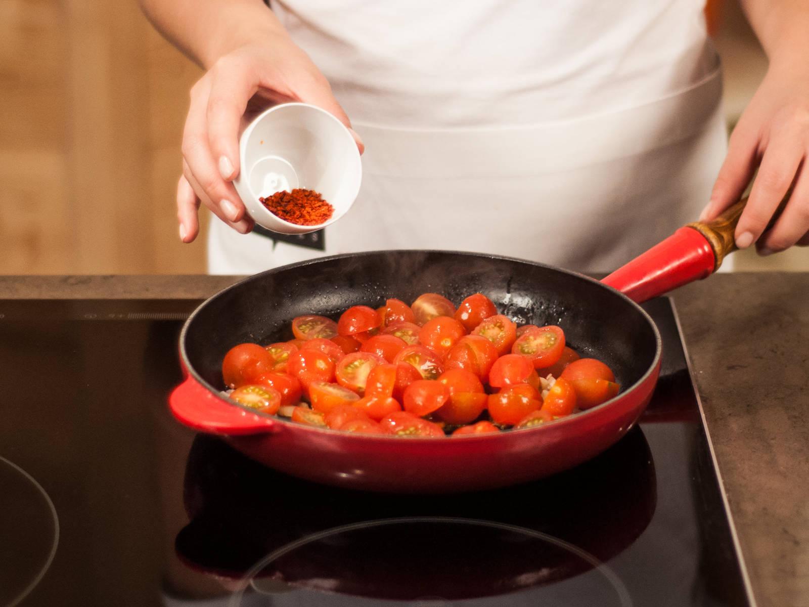 In einer Pfanne die Schalotten zusammen mit dem Knoblauch glasig anschwitzen. Tomaten und Zucker hinzugeben. Mit Salz, Pfeffer und Chilipulver abschmecken.
