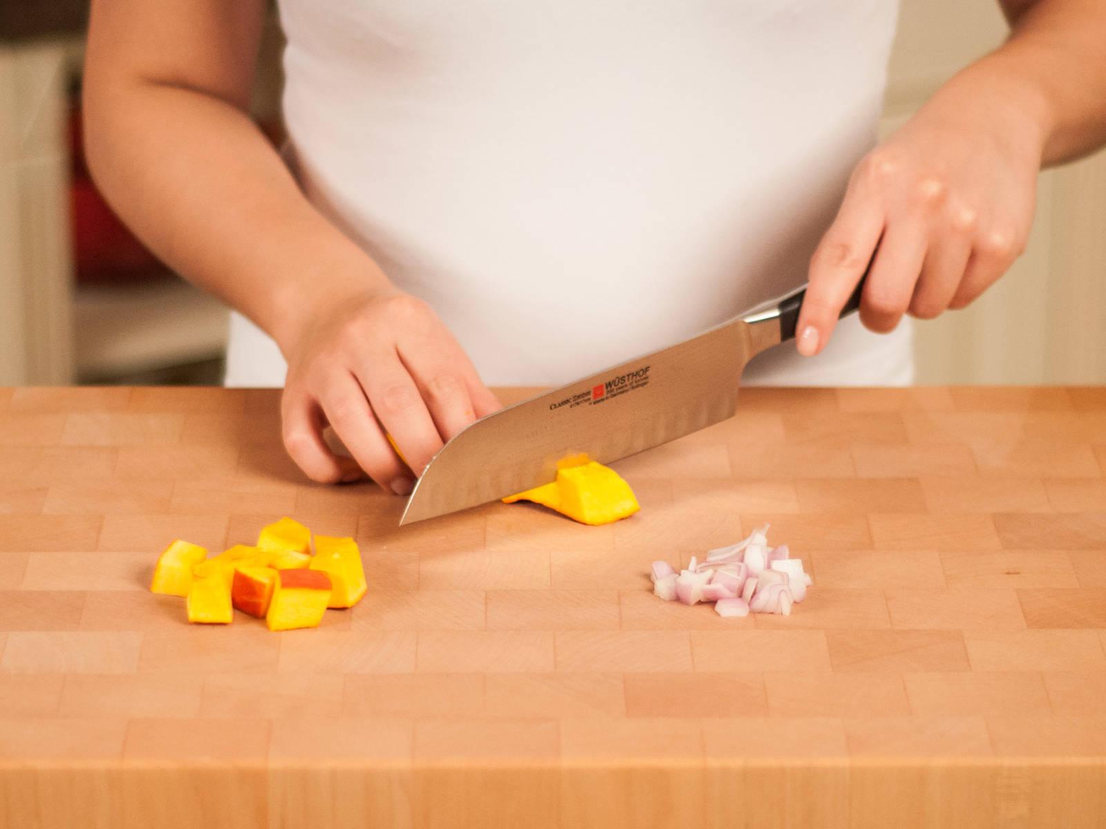 Zwiebel klein schneiden und Kürbis würfeln.