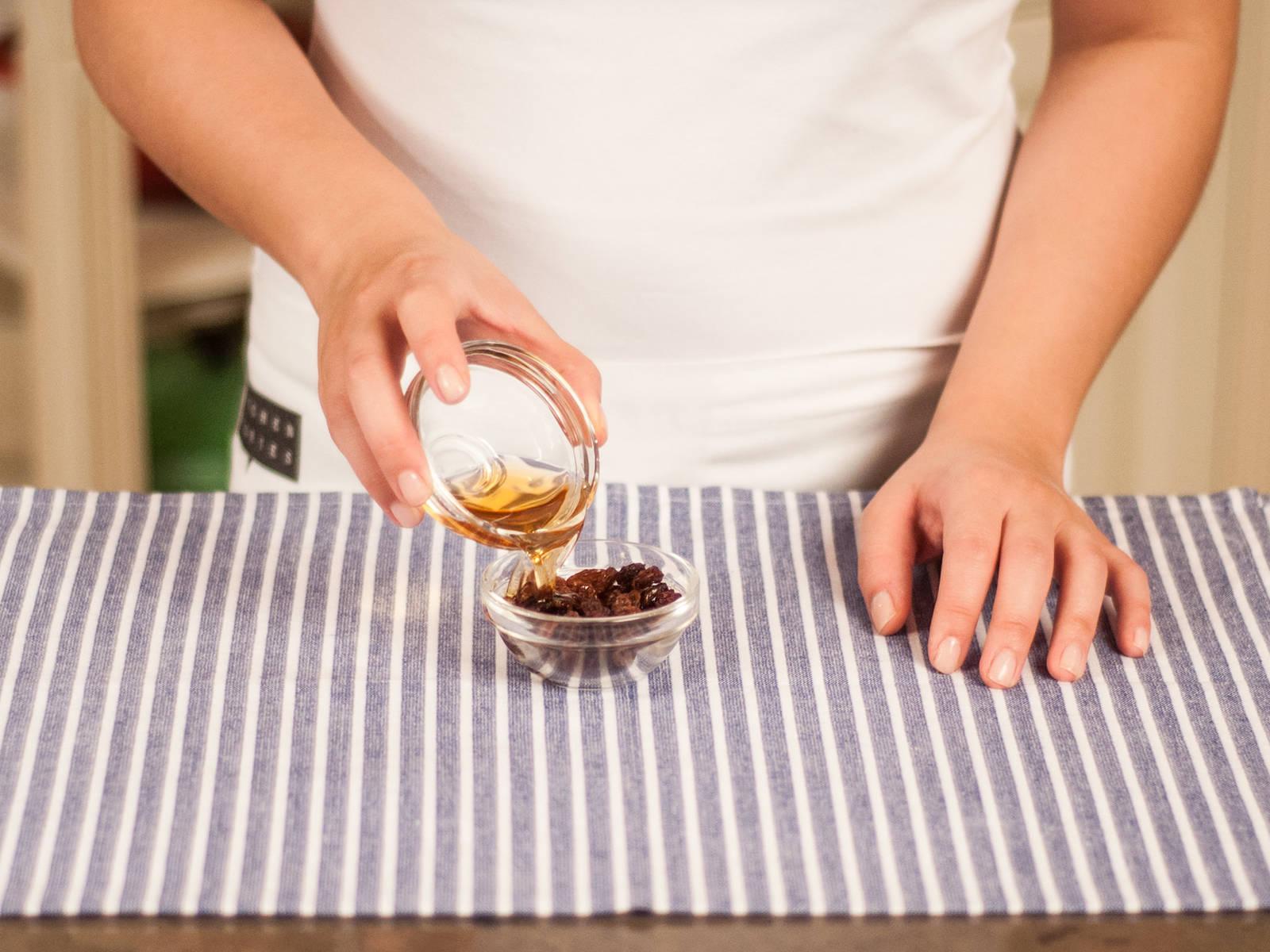 将葡萄干放入小碗,浸泡在朗姆酒中。静置10-15分钟,备用。