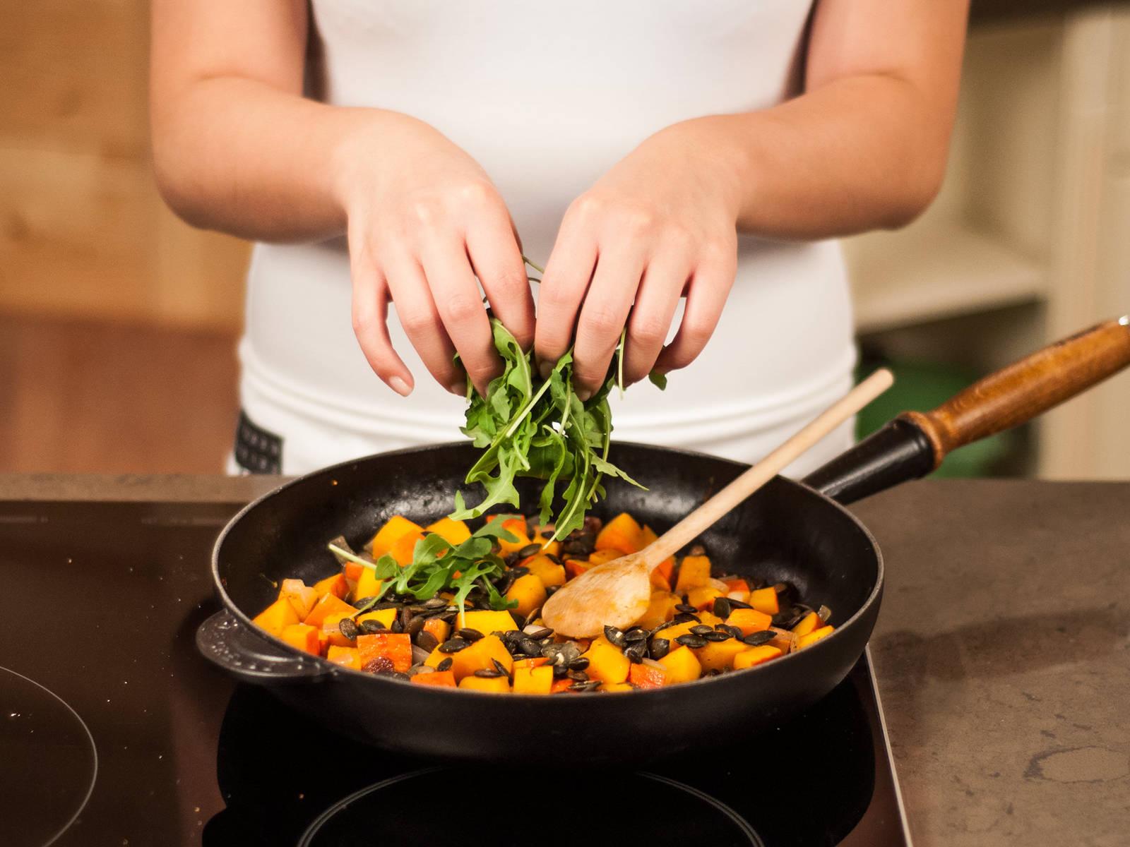 Kürbiskerne und Rucola kurz vor dem Servieren hinzufügen und vorsichtig unterheben. Ein bisschen Kürbiskernöl darüber träufeln und genießen.