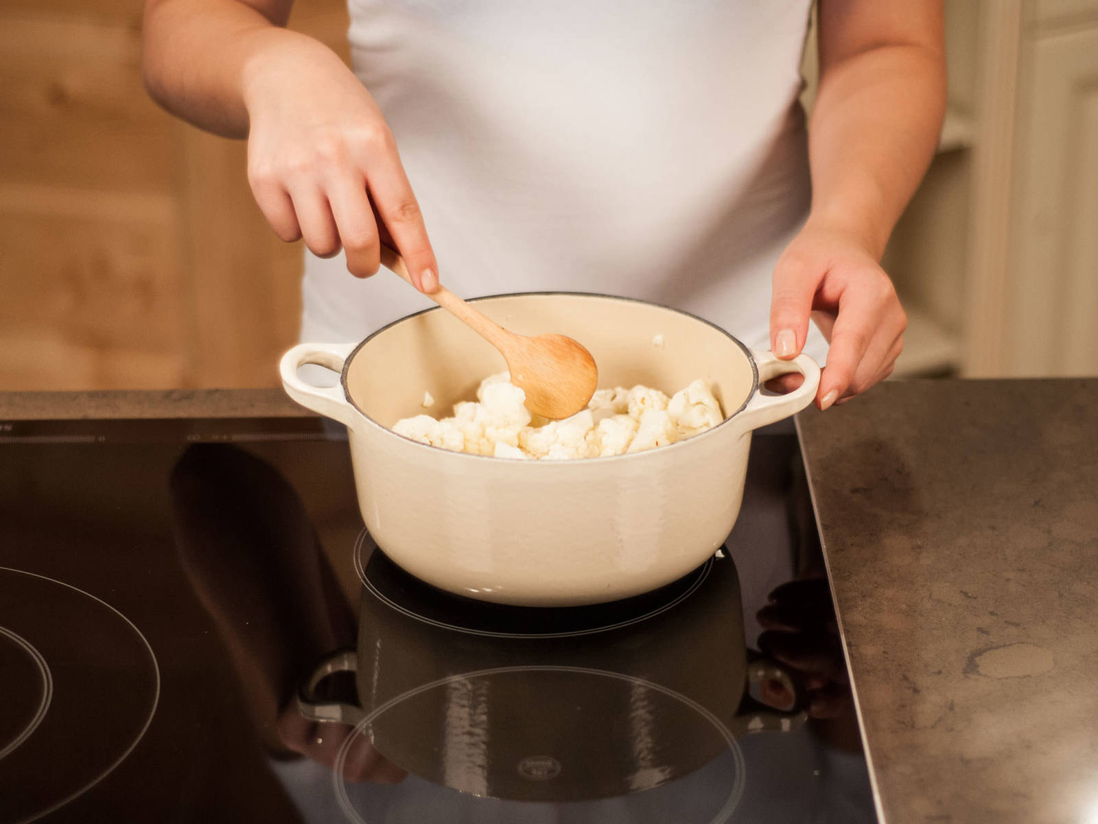 In einem großen Topf den Blumenkohl mit den Fenchelsamen und etwas Olivenöl ca. 3 – 5 Min. rösten, bis diese duften.