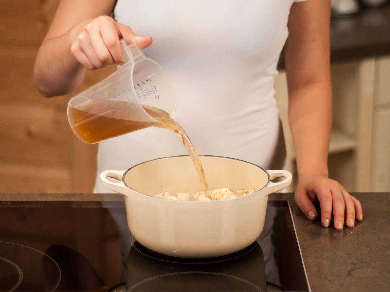 Mit Gemüsebrühe ablöschen. Aufkochen, Hitze reduzieren und ca. 8 – 10 Min. weiter köcheln lassen, bis der Blumenkohl gar ist.