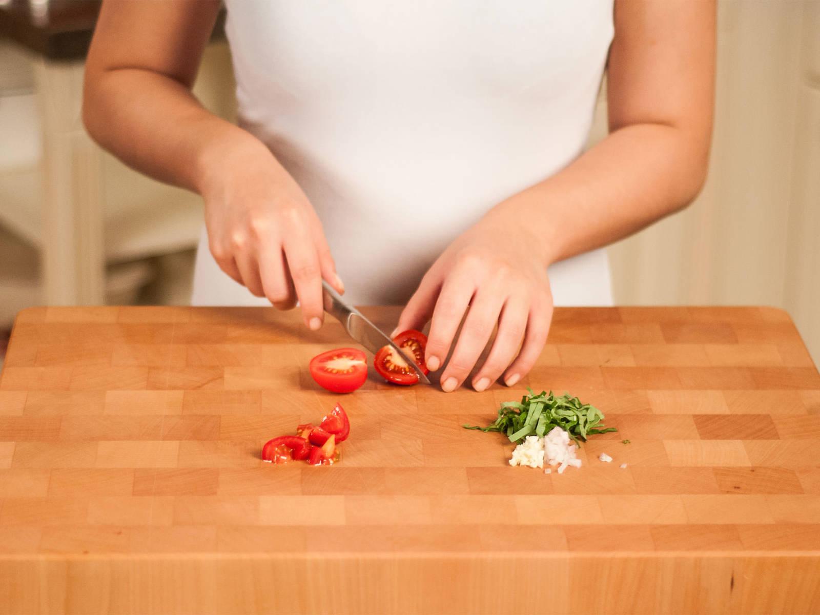 Basilikum in dünne Streifen schneiden. Schalotte und die Hälfte des Knoblauchs fein hacken. Tomaten würfeln.