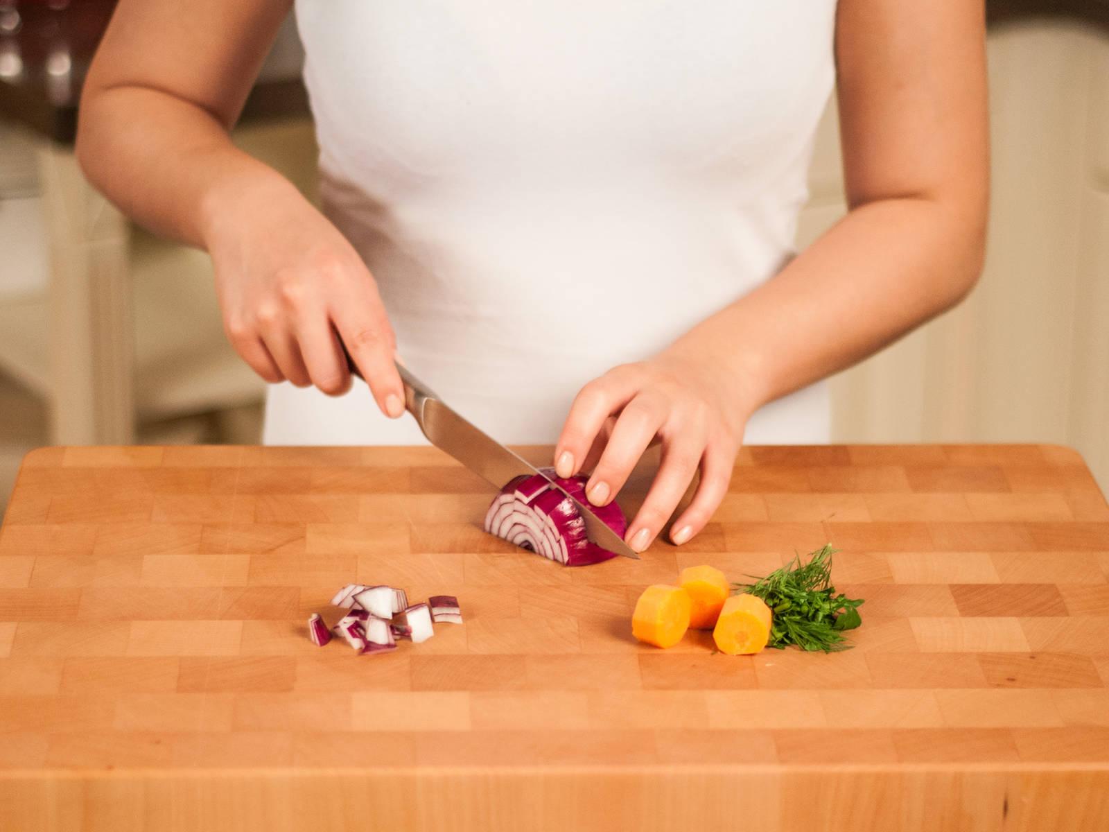 将欧芹、莳萝和香菜粗粗切碎。将胡萝卜和洋葱切成大块。