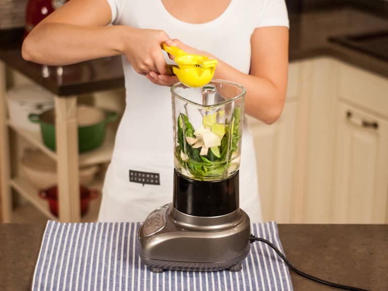 现在,将所有剁好的蔬菜和水果放入搅拌器。加入龙舌兰糖浆、亚麻籽油、一个柠檬榨的汁和水。