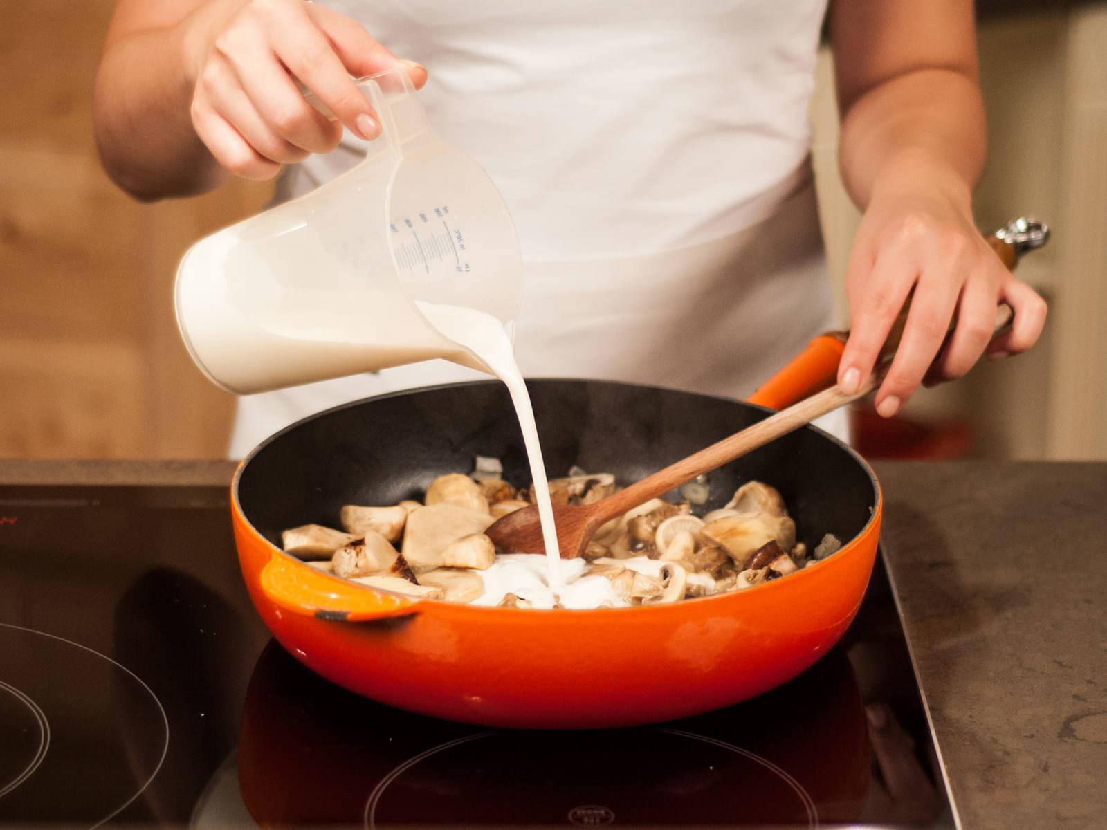 Gemüsebrühe und Sahne vermengen, in die Pfanne geben und ca. 2 – 3 Min. köcheln lassen. Zitronensaft hinzufügen. Mit Salz, Pfeffer und Zucker abschmecken.