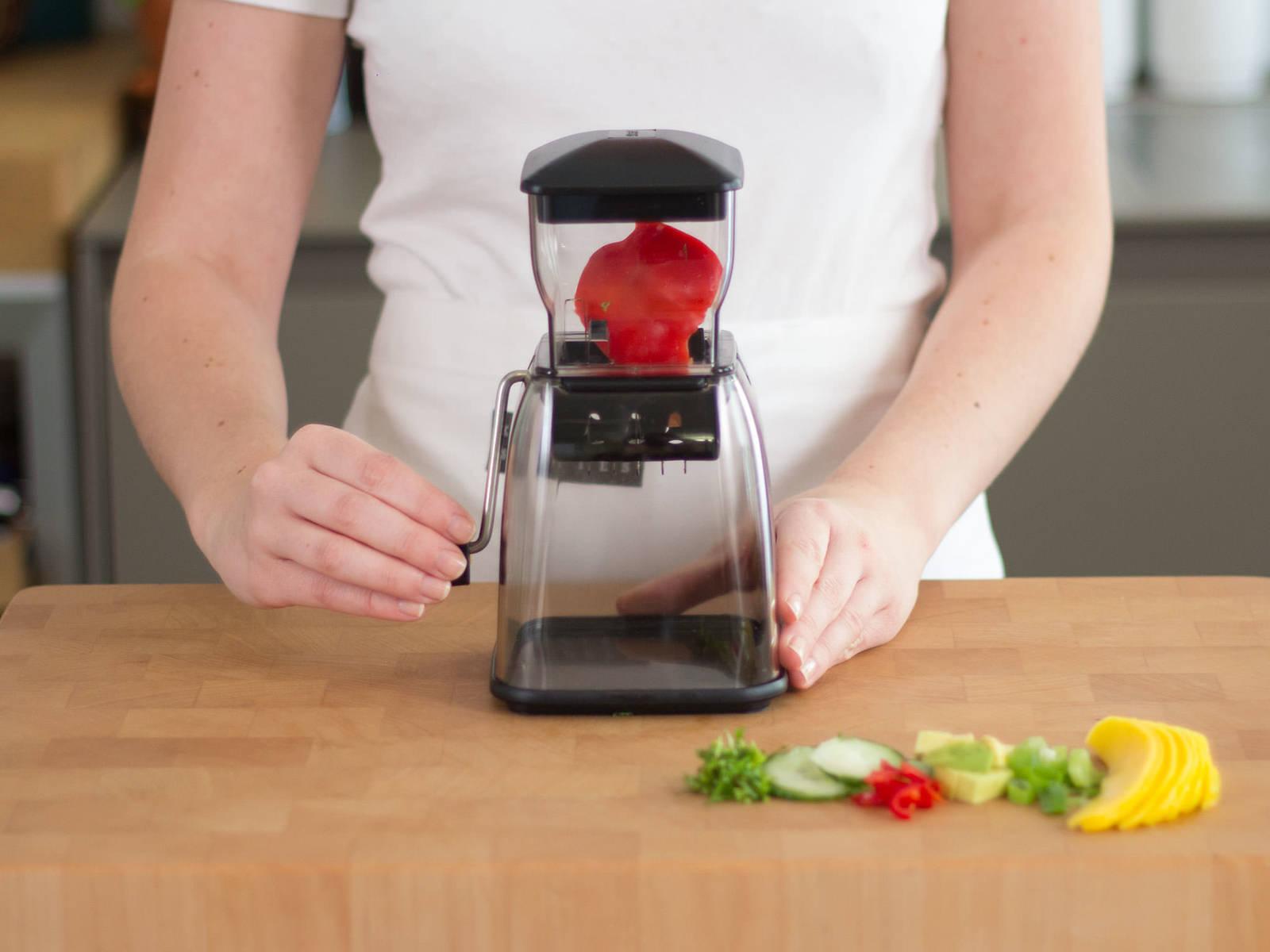 芒果去皮、去核后切成薄片状。鳄梨去皮、去核后切成易入口的小块。将黄瓜切片,葱切圈。切碎辣椒,并粗略剁碎薄荷与香菜。使用蔬菜切片器将灯笼椒切细丝。