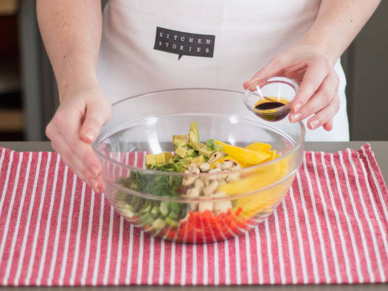 Alle geschnittenen Zutaten in eine große Schüssel geben und vermischen. Limettensaft, Sesamöl, Zucker, Sojasoße und Salz in einer kleinen Schüssel vermengen. Dressing zum Salat geben und nochmals vermengen. Guten Appetit!