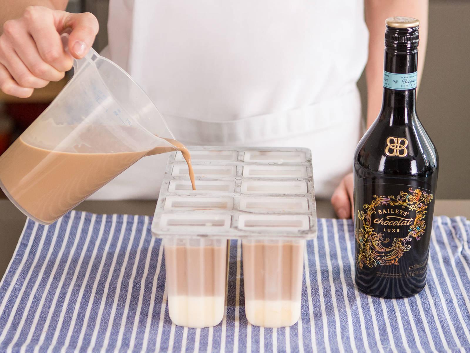 混合咖啡、百利、更多奶油与剩余炼乳混合物。将百利混合物放入冰棒模具中至快满。