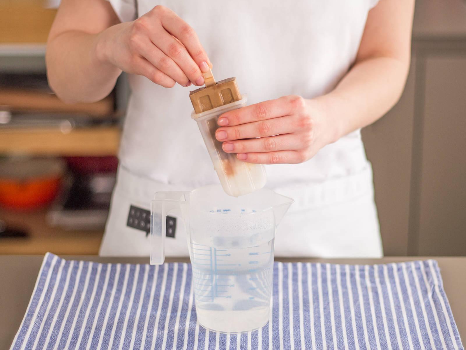 从冰箱取出模具并放在热水中片刻,以便取出冰棒。佐一杯百利酒享用!