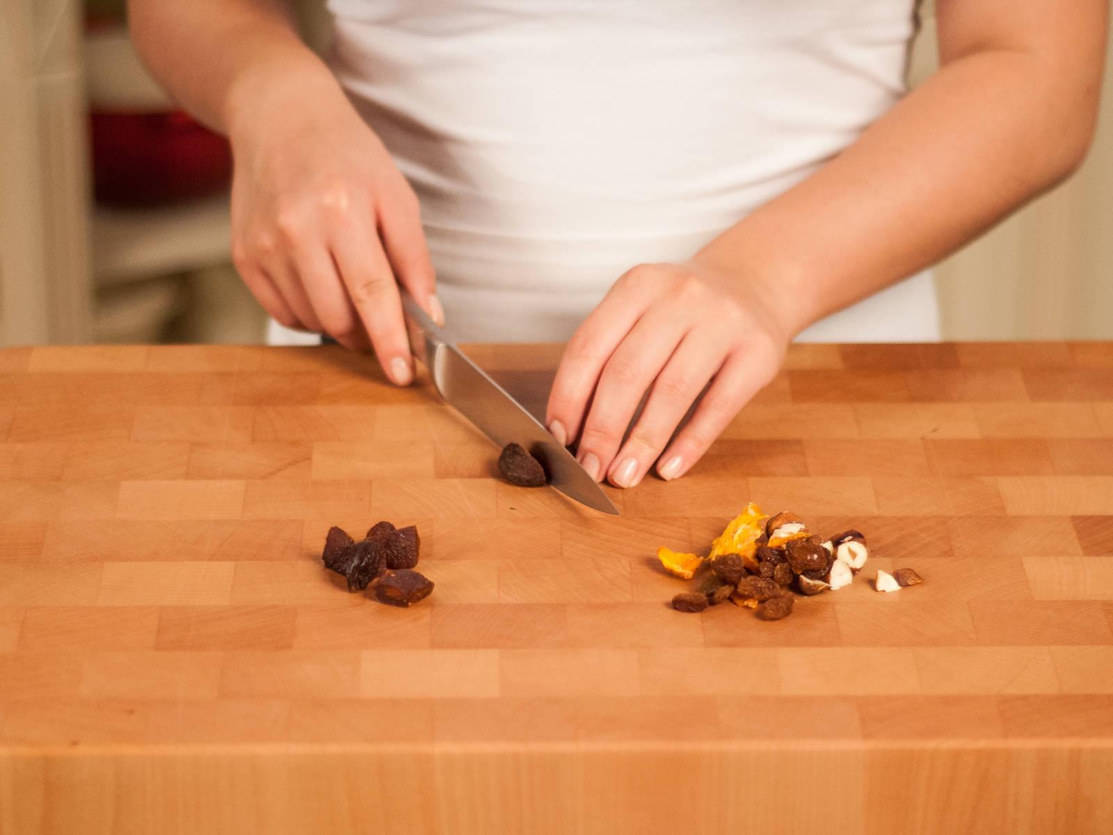 Den Backofen auf 180°C vorheizen. Haselnüsse, Mangos, Rosinen und Aprikosen grob schneiden.