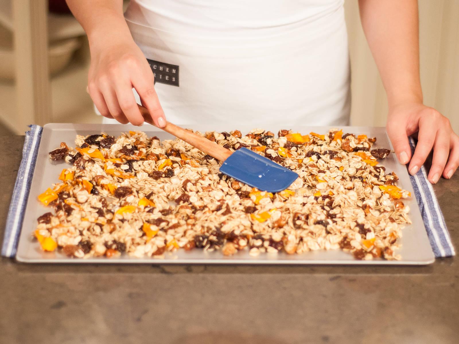 Granola gleichmäßig auf einem Backblech verteilen (wenn nötig mit Backpapier auslegen). Im vorgeheizten Backofen bei 180°C für ca. 15 – 20 Min. backen. Abkühlen lassen.