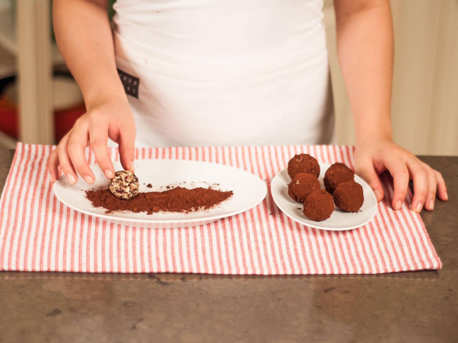 Kleine Portionen der Masse nehmen (ca. 1,5 EL) und zu einem Ball formen. Dann alle Kugeln in dem Kakaopulver rollen. Als gesunden Snack genießen!