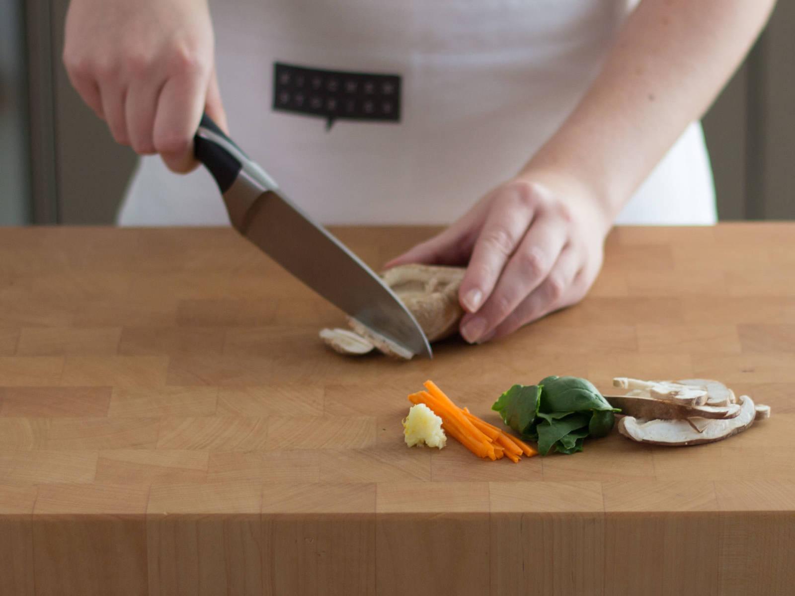 向小锅中加入米、水与盐,浸泡约30分钟,然后煮至沸腾。调至低温,并加盖。煨煮10-12分钟,或至水被吸收。于此期间,将菠菜切成易入口的小块。将蒜切末,胡萝卜切丝,香菇切薄片,香菜剁碎。