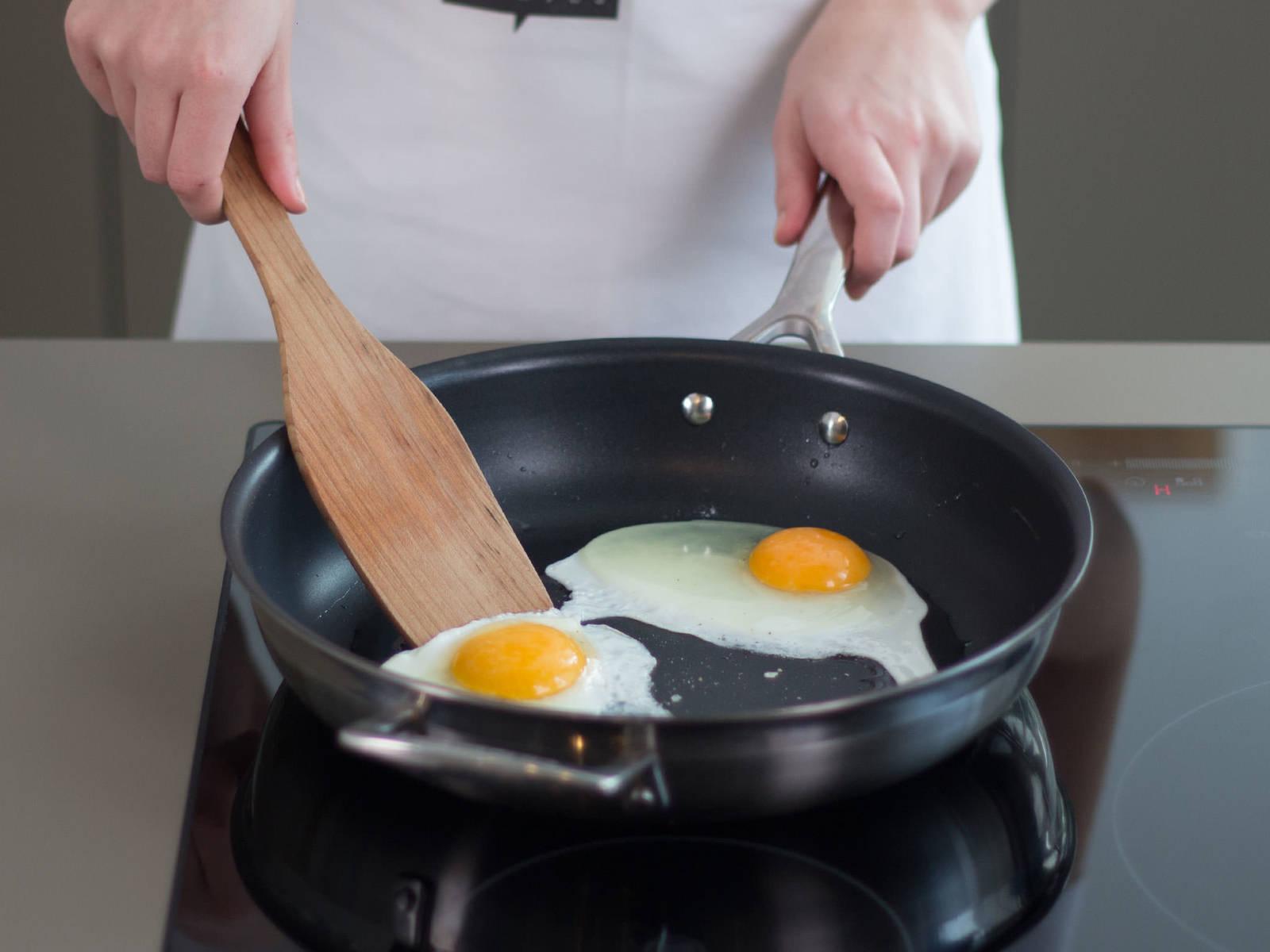 在大煎锅中用中温煎鸡蛋2-3分钟,至蛋清凝固,蛋黄仍呈液态。与此同时,将炒好的蔬菜与牛肉铺放在米饭上。淋上酱汁,最后放上煎蛋,饰以香菜。可根据个人需要,搭配剩余酱汁或韩式泡菜享用。